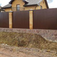 Декорированный ленточный фундамент под забором из профнастила