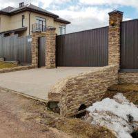 Забор из профнастила для частного дома с въездом на участок