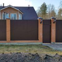 Забор из профлиста с калиткой и воротами с кирпичными столбами на ленточном фундаменте