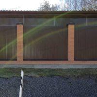 Забор для загородного дома на кирпичных столбах с профлистом
