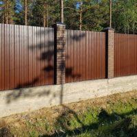 Забор из профнастила на усиленном ленточном фундаменте
