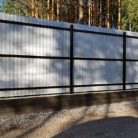 Забор из профнастила на винтовых сваях изнутри