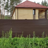 Забор из профнастила для загородного дома