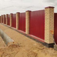 Забор из профлиста на ленточном фундаменте с цоколем