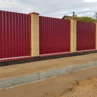 Забор из профнастила для частного дома с дренажем
