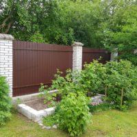 Забор из двустороннего профнастила с кирпичными столбами