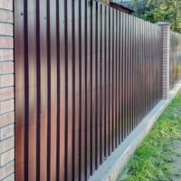 Красивый забор из профнастила для дома в Воейково