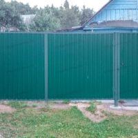 Забор с воротами из зеленого профнастила для дачи