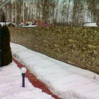 Забор из двухстороннего профнастила под камень