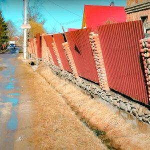 Кирпичный забор из профнастила покосился
