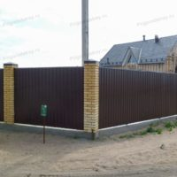 Забор из профнастила с винтовыми сваями и жб лентой