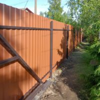 Забор из коричневого двустороннего профнастила