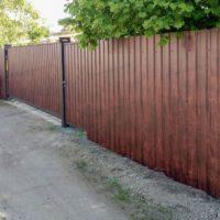 Металлический забор из профнастила под дерево с откатными воротами