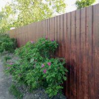 Забор из профнастила под темное дерево