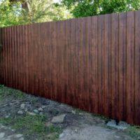Сплошной забор из профнастила под дерево
