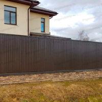 Сплошной забор из профнастила для коттеджа