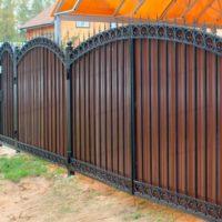 Забор для частного дома с профлистом и ковкой